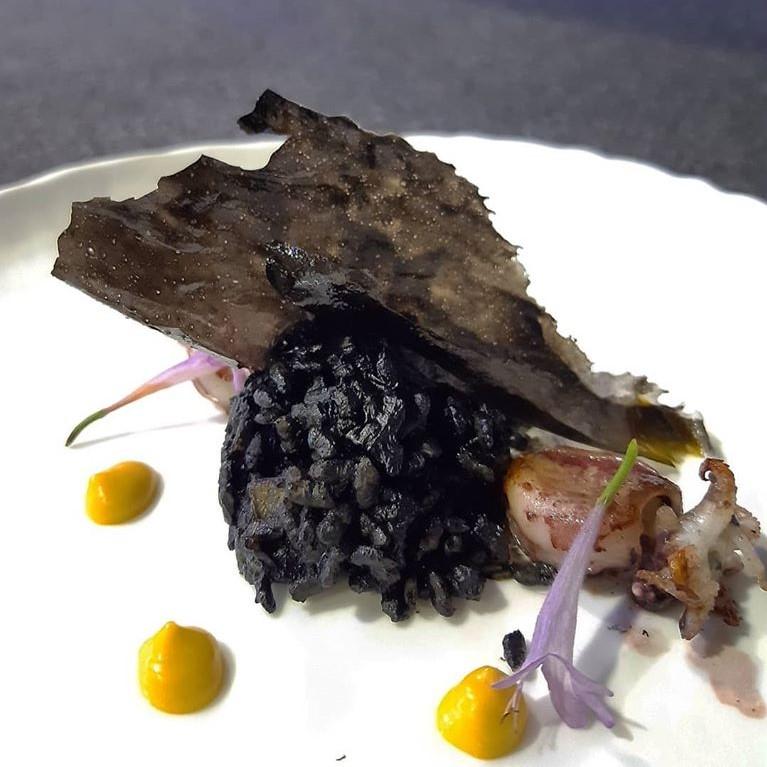 Arroz negro de chipirones y allioli de azafrán, de Mari Carmen Velez