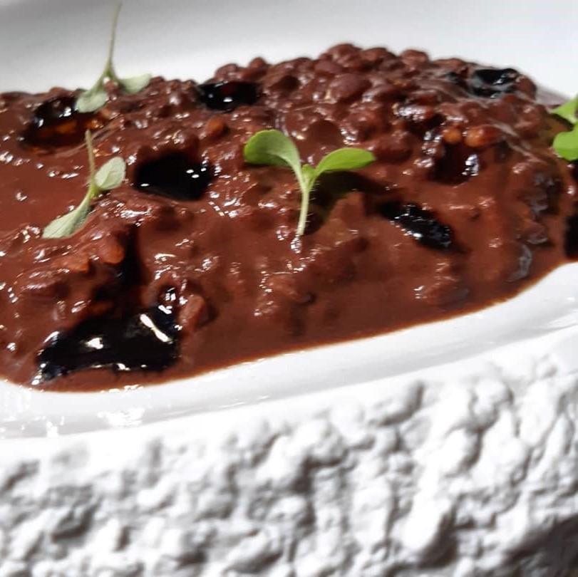 Arroz con leche de cabra con polvo de algarroba y miel de ajo negro y romero, de Mª José Martínez